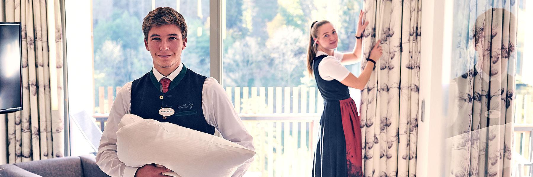 Zwei Auzubildende beim Housekeeping
