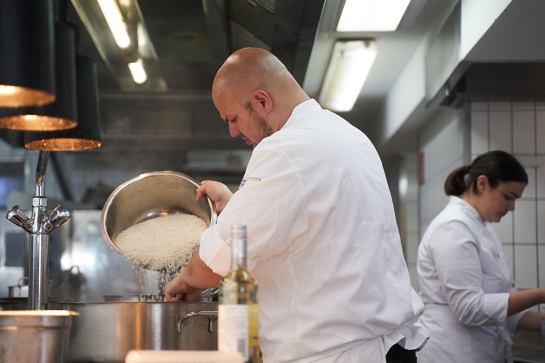 Ein Mitarbeiter der Traube Tonbach beim Kochen