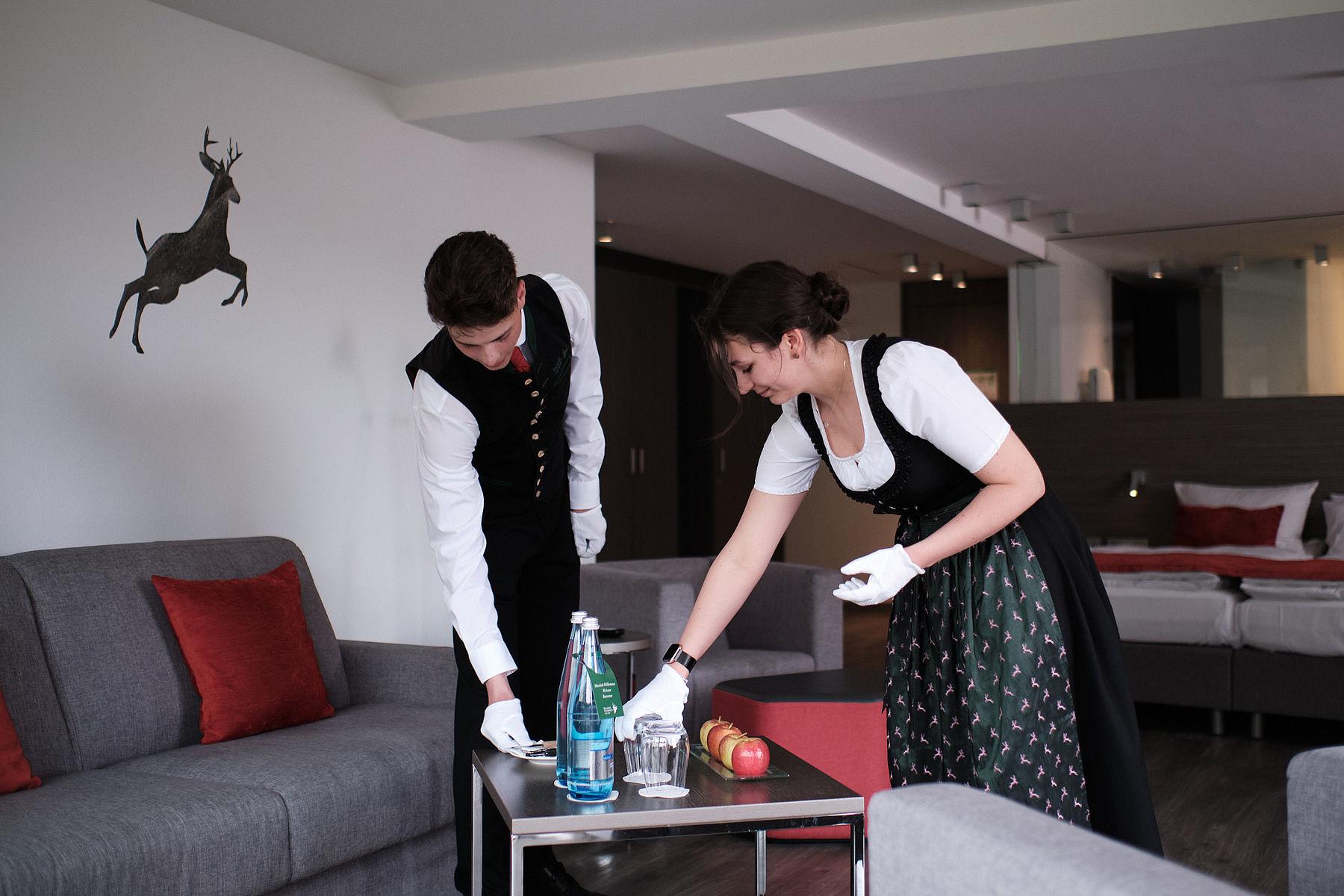 Zwei Mitarbeiter de Traube Tonbach beim dekorieren eines Tisches