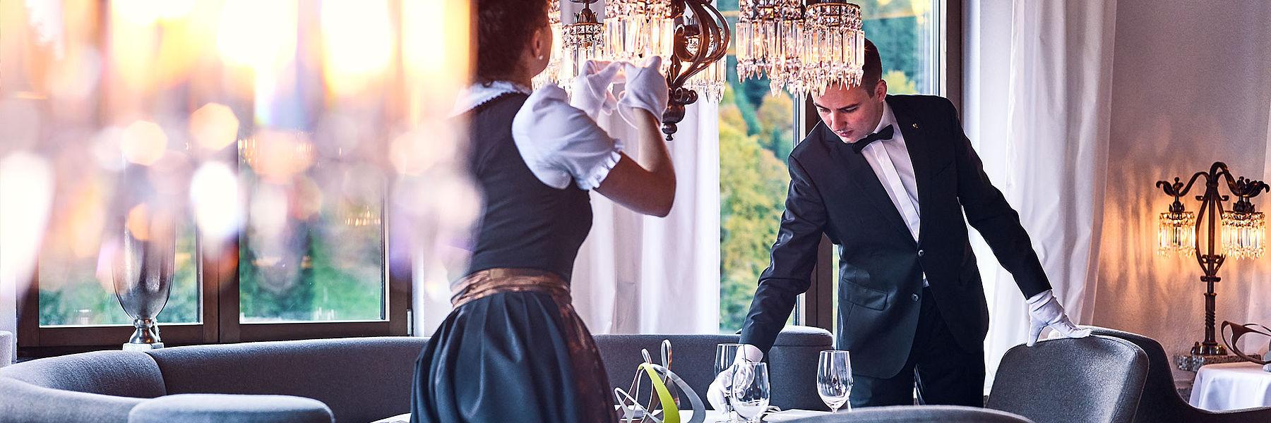 Zwei Mitarbeiter der Schwarzwaldstube beim decken eines Tisches