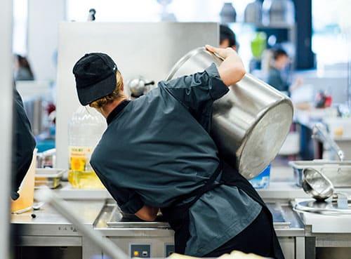 Ein Koch bei der Arbeit in der Küche in der CANtine
