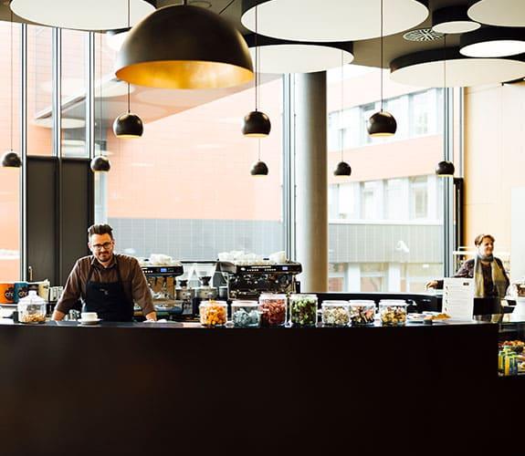 Ein Mitarbeiter an der Kaffeetheke in der CANtine