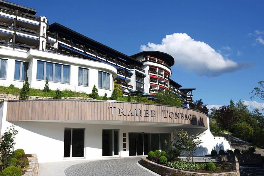 Außenansicht Eingangsbereich Hotel Traube Tonbach