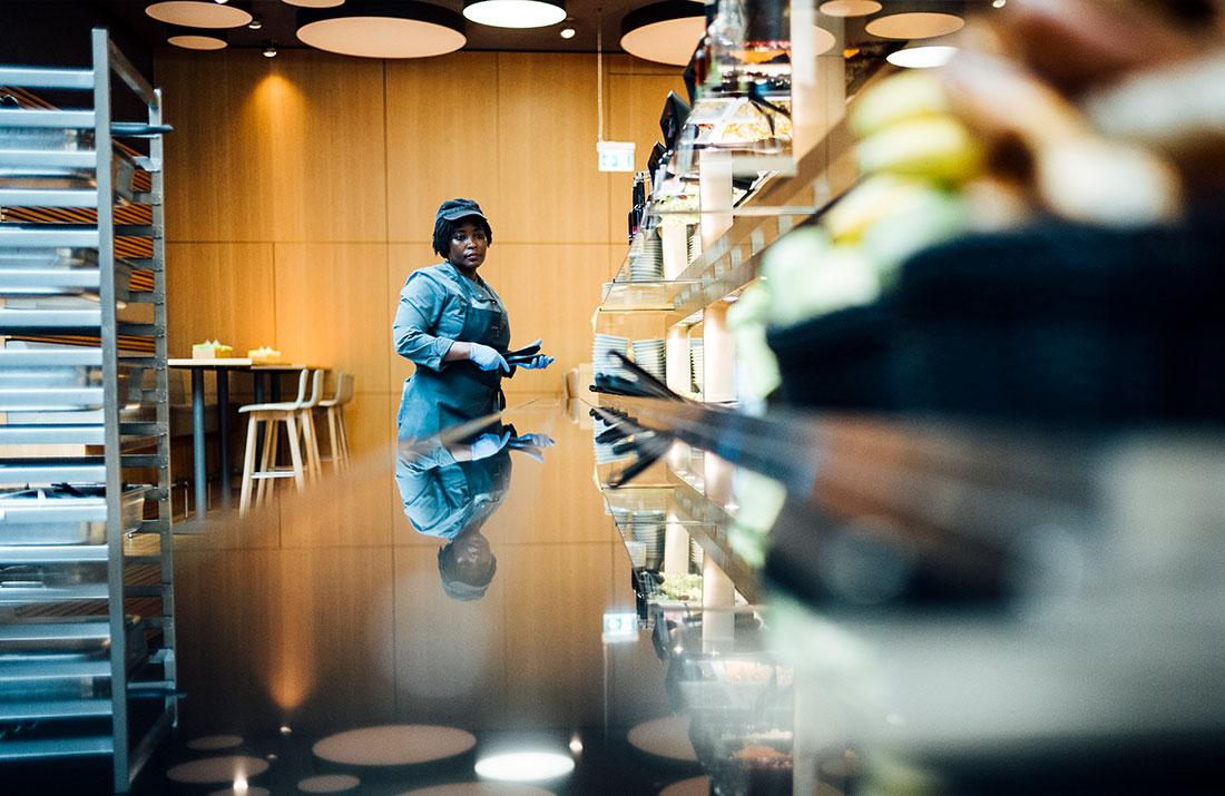 Eine Mitarbeiterin der CANtine bei der Arbeit an der Geschirrabgabe