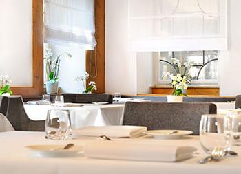 Ein gedeckter Tisch in einem Restaurant des Schlosshotel Monrepos