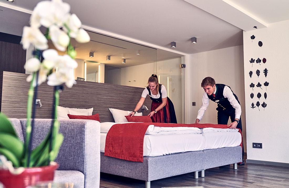 Zwei Azubis beim Richten eines Bettes