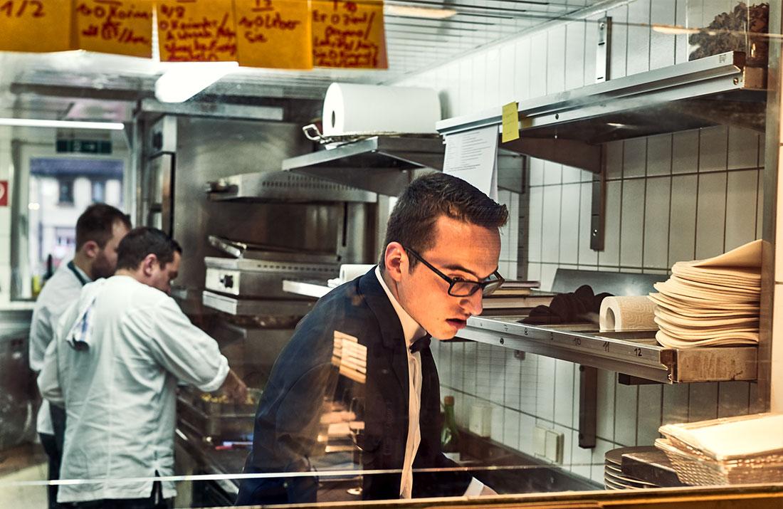 Ein Servicemitarbeiter der Schwarzwaldstube in der Küche