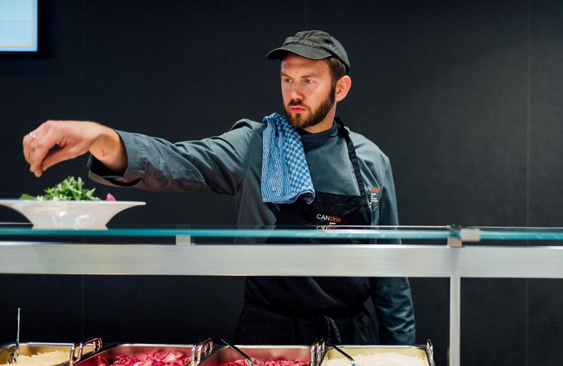 Küchenchef Jochen Behl bei der Essensausgabe der CANtine