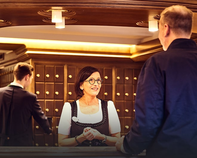 Rezeptionsmitarbeiterin des Hotels Traube Tonbach