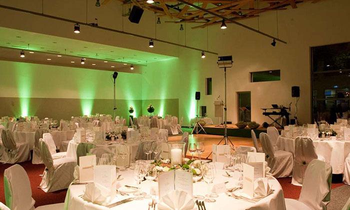 Festsaal mit gedeckten Tischen im Hotel Traube Tonbach