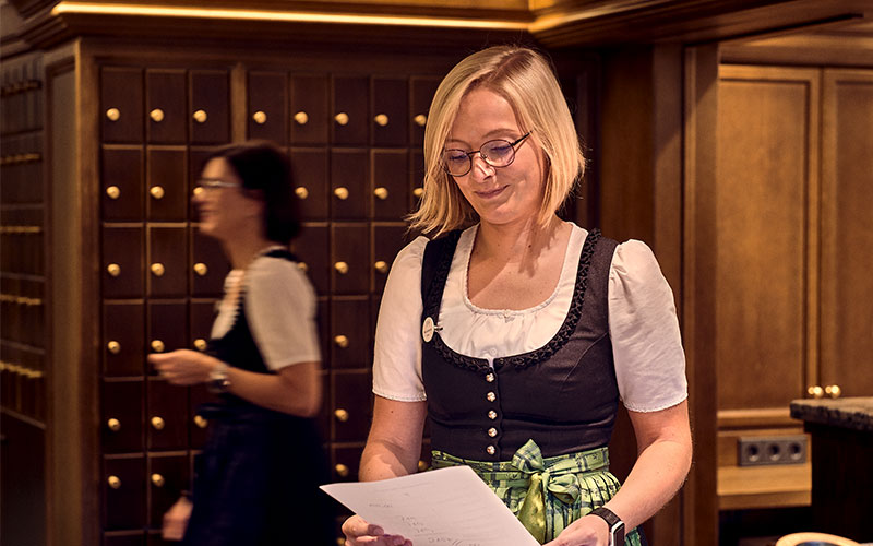 Empfangsmitarbeiterin des Hotels Traube Tonbach